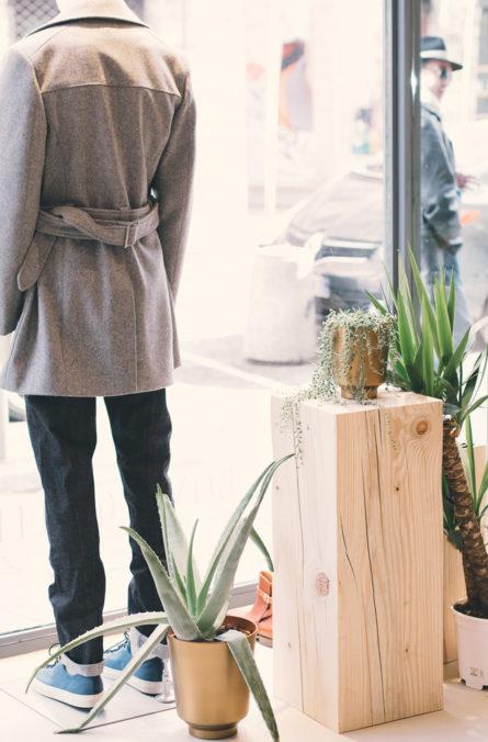 Label Experience : vitrine de la boutique BonneGueule à Lyon vue de l'intérieur