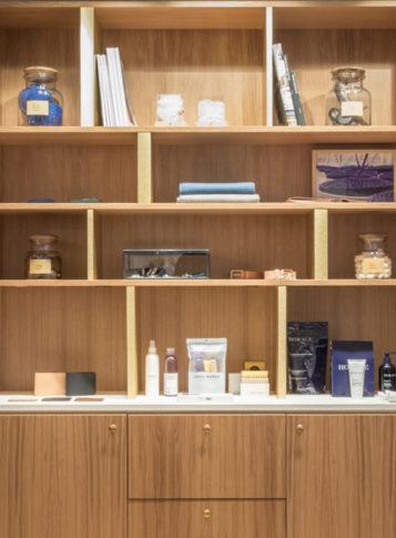 Label Experience: Exposition d'accessoires sur bibliothèque en bois de la boutique « Bonne Gueule » à Paris.