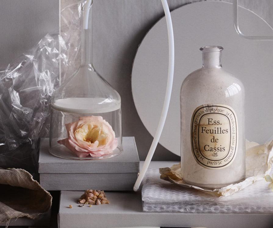 Label Experience: Accessoires de parfumeries et rose du pop-up store de Diptyque à St Honoré, Paris.