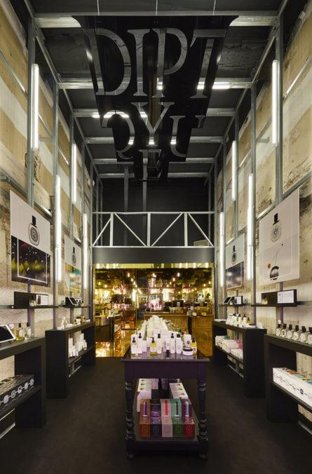 Label Experience: Image en profondeur du pop-up store de Diptyque à St Honoré, Paris.