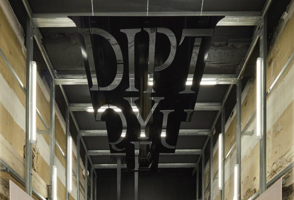 Label Experience: Logo sur plafond du pop-up store de Diptyque à St Honoré, Paris.