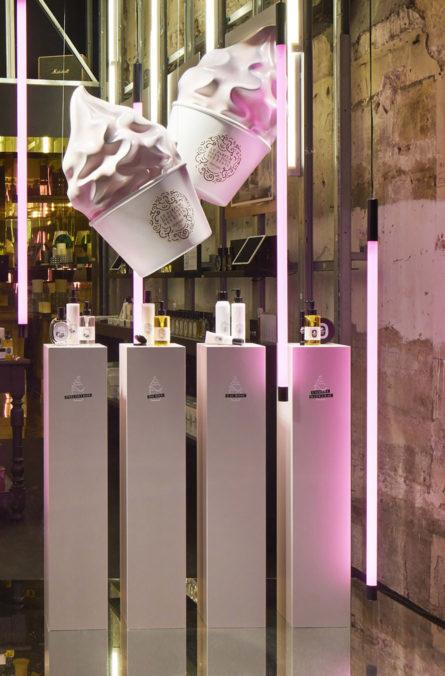Label Experience: Décoration en forme de glaces et produits sur présentoirs du pop-up store de Diptyque à St Honoré, Paris.