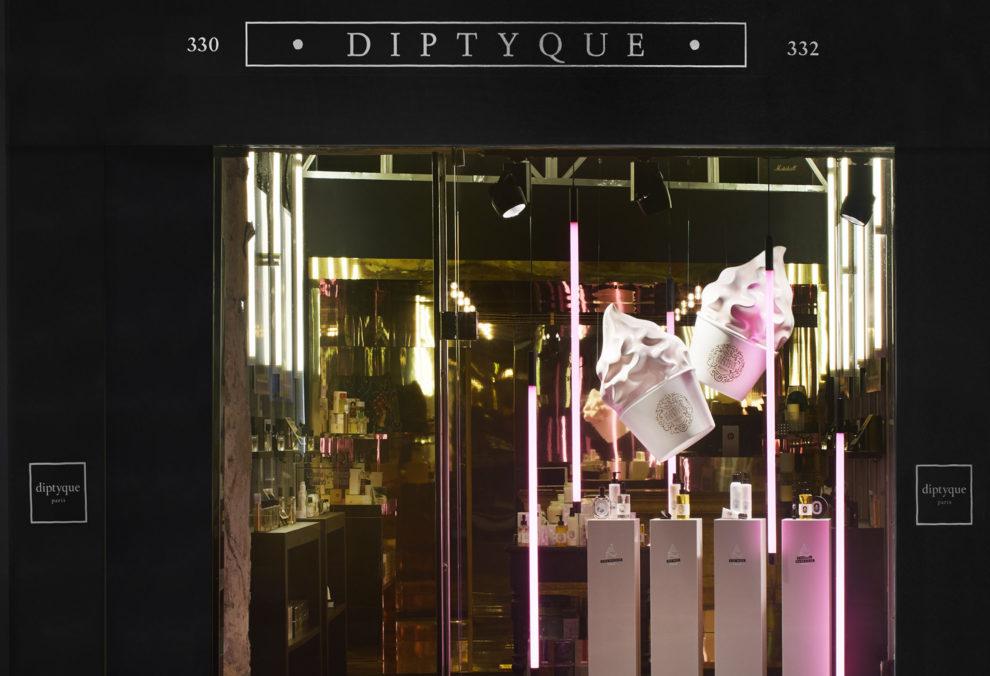 Label Experience: Devanture aux lumières roses du pop-up store de Diptyque à St Honoré, Paris.