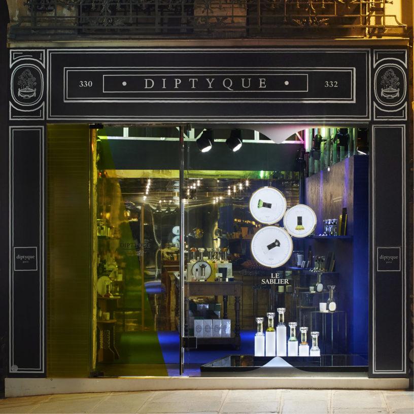 Label Experience: Devanture sombre du pop-up store « Diptyque » rue St Honoré à Paris.