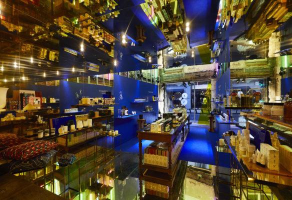 Label Experience: Point de vue panoramique de l'intérieur aux couleurs bleu et dorée du pop-up store « Diptyque » rue St Honoré à Paris.