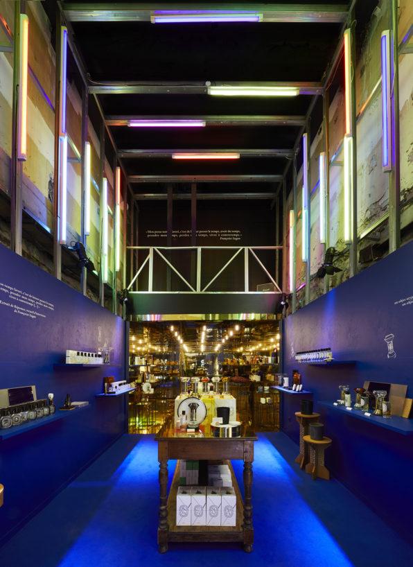 Label Experience: Image en profondeur avec neons du pop-up store « Diptyque » rue St Honoré à Paris.