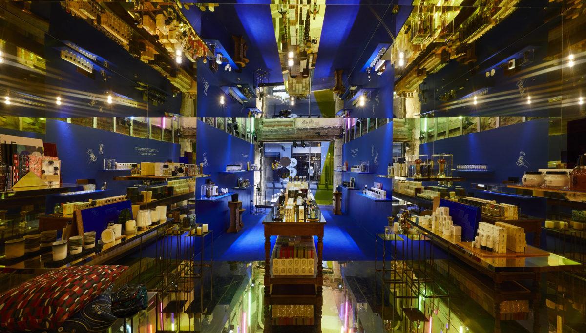 Label Experience: Image avec jeu de miroirs du pop-up store « Diptyque » rue St Honoré à Paris.