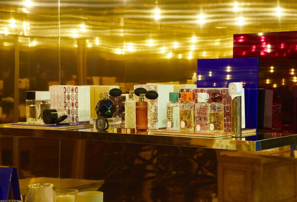 Label Experience: Parfum dans décor dorée du pop-up store « Diptyque » rue St Honoré à Paris.