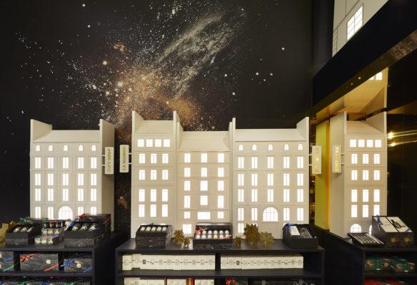 Label Experience : représentation des immeubles haussmanniens dans l'espace vente du pop-up store constellation Diptyque