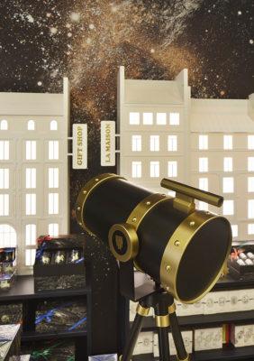 Label Experience : zoom sur le telescope qui permet de regarder les étoiles dans le pop-up store constellation de Diptyque