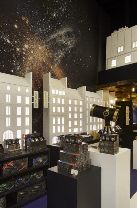 Label Experience : représentation d'un ciel étoilé à paris dans l'espace vente du pop-up store constellation Diptyque