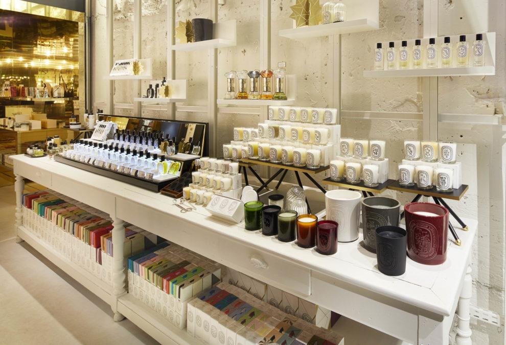 Label Experience : étagère produits Diptyque dans le pop-up constellation à Paris