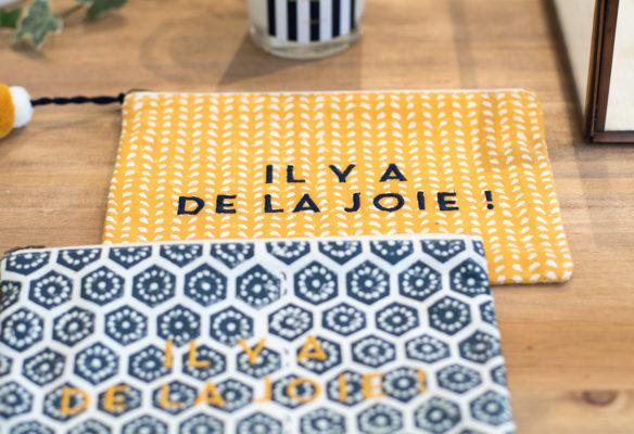Label Experience: Pochettes jeune et bleu avec citation «il y a de la joie» du pop-up store de émoi émoi à Paris, pour la fête des mères 2017.