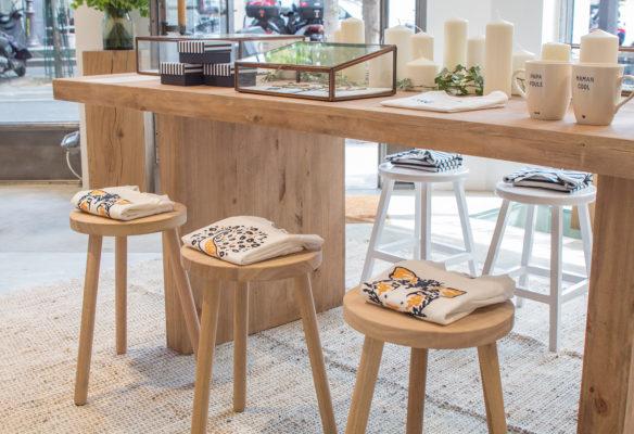 Label Experience: Exposition de pulls sur tabourets devant table du pop-up store de émoi émoi à Paris, pour la fête des mères 2017.