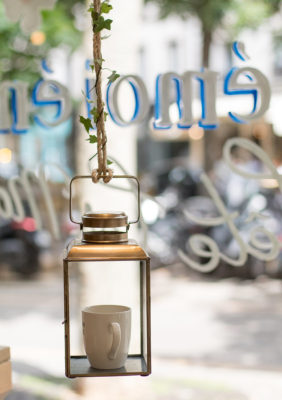 Label Experience: Lanterne avec une tasse du pop-up store de émoi émoi à Paris, pour la fête des mères 2017.