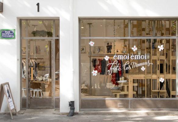 Label Experience: Devanture avec vitrine fleurie du pop-up store de émoi émoi à Paris, pour la fête des mères 2017.
