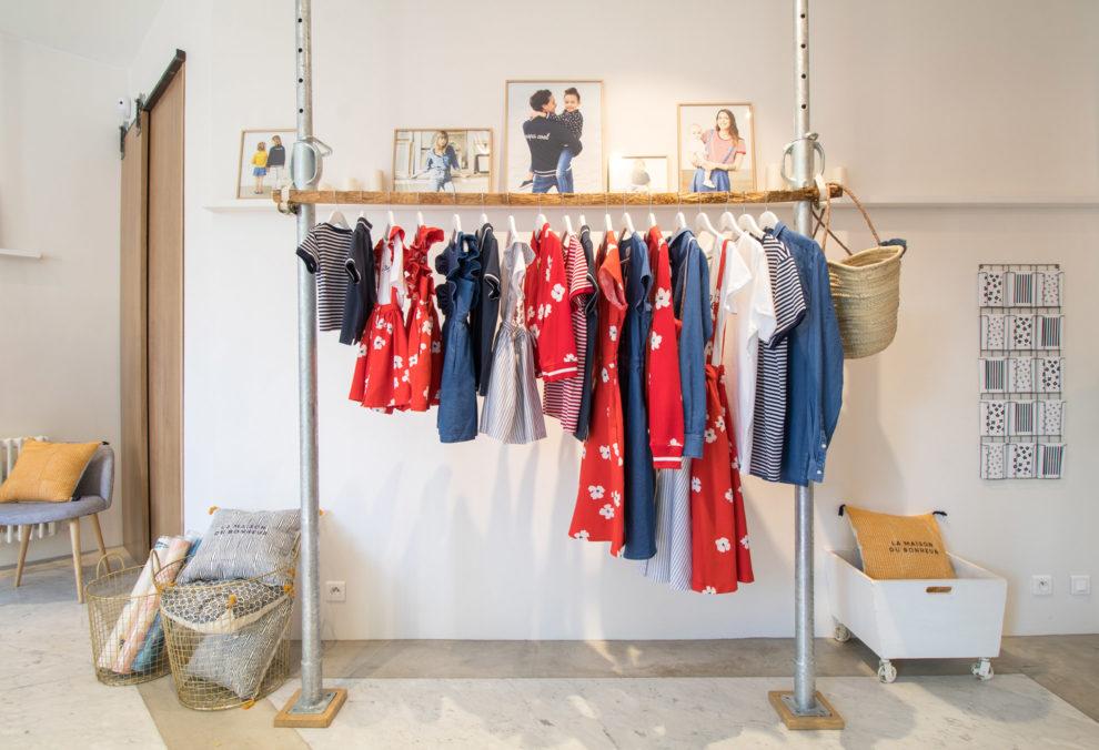 Label Experience: Collection enfant sur portant urbain du pop-up store de émoi émoi à Paris, pour la fête des mères 2017.