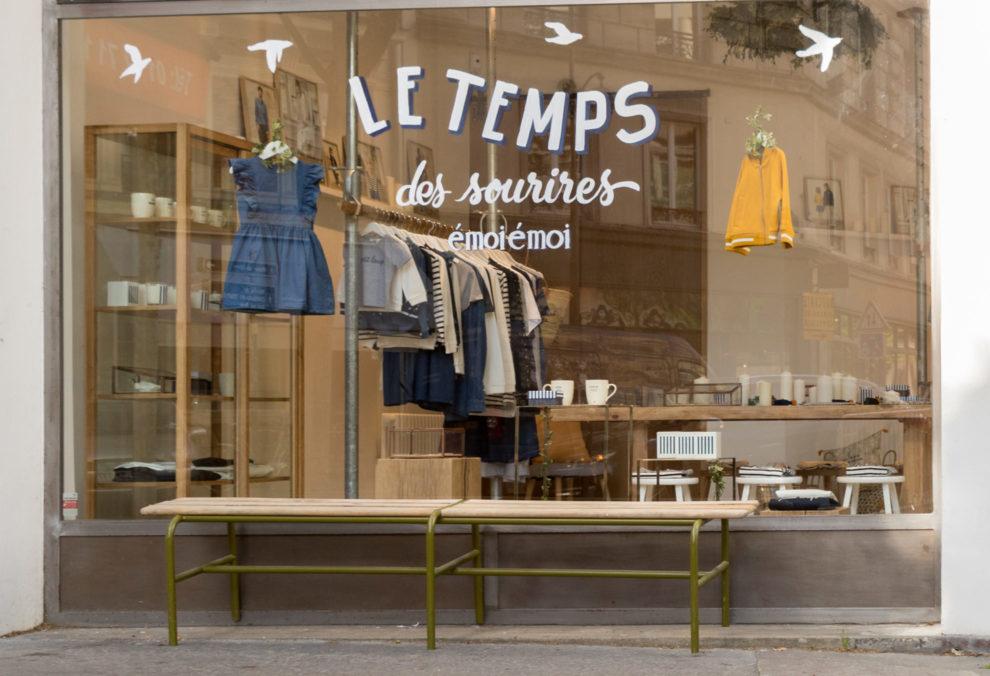 Label Experience: Vitrine «le temps des sourires» du pop-up store de émoi émoi à Paris, pour la fête des mères 2017.