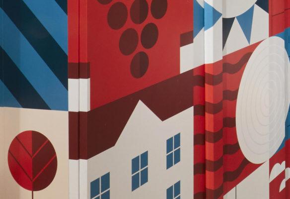 Label Experience : zoom sur un mur graphique et coloré dans la boutique Le Petit Ballon à Paris