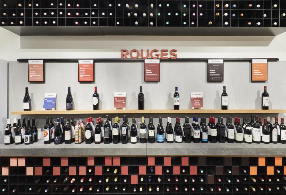 Label Experience : étagère de vins rouges dans la boutique Le Petit Ballon à Paris