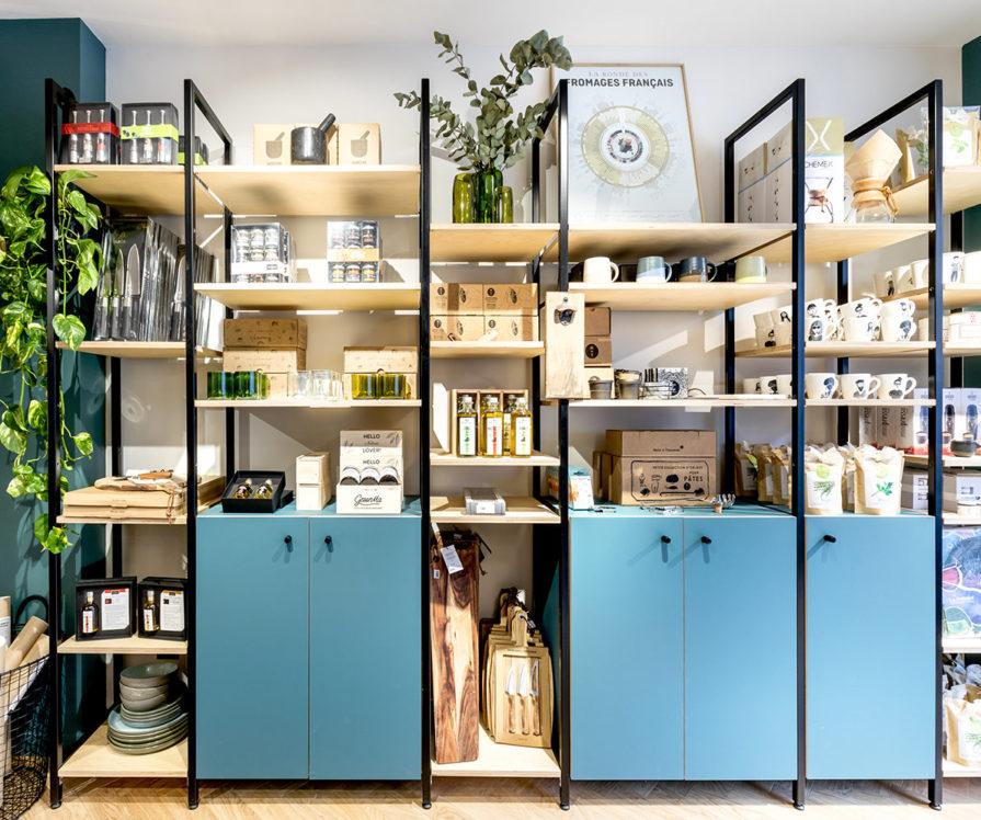 Label Experience : étagère produit bleu dans la boutique Les Raffineurs à Bastille
