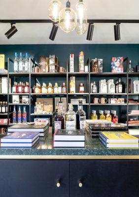 Label Experience : étagère avec bouteille d'alcool dans la boutique Les Raffineurs à Bastille
