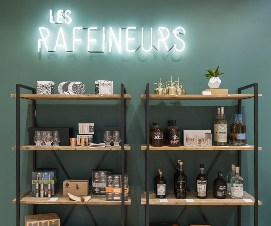 Label Experience: Prisse de vue d'accessoires sur étagères et logo en neon au pop-up des « Raffineurs » l'été 2017.
