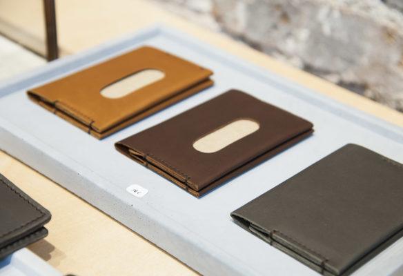 Label Experience: Focus portefeuille en cuir, trois coloris au pop-up des « Raffineurs » l'été 2017.