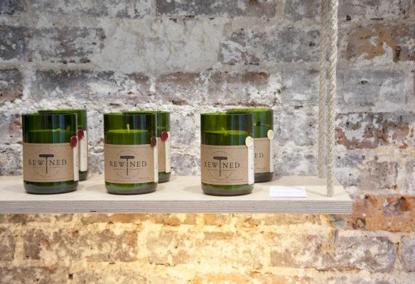 Label Experience: Bougies sur étagères suspendues au pop-up des « Raffineurs » l'été 2017.