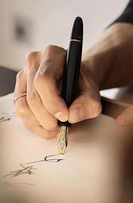 Label Experience : photo d'une personne qui utilise un stylo plume Montblanc