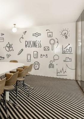 Label Experience : focus sur le mur de velleda dans une salle de réunion Morning à Neuilly