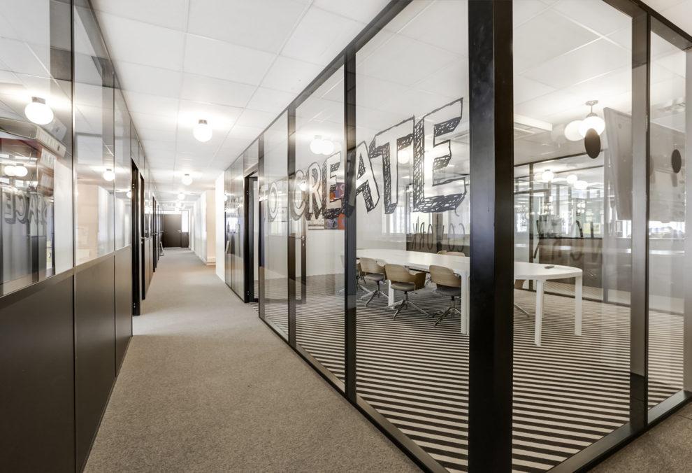 Label Experience : focus sur un couloir dans l'espace de coworking Morning à Neuilly