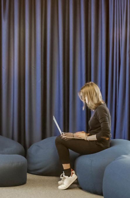 Label Experience : zoom sur une collaboratrice qui travaille dans l'espace de coworking Morning à Neuilly