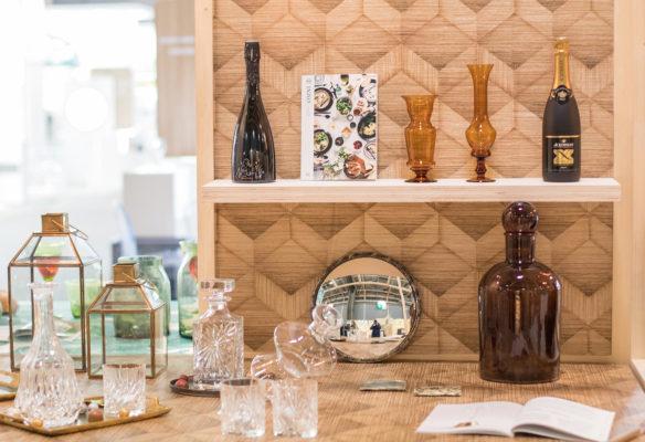 Label Experience : zoom sur l'agencement d'une table avec une bouteille de champagne au salon Vinovision à Paris