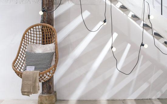 Label Experience : chaise suspendue en rotin provenant de notre offre de location Movable