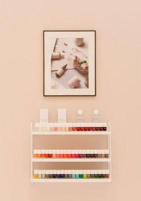 Label Experience : étagère de vernis à ongles Oh My Cream dans la boutique rue Guichard à Paris