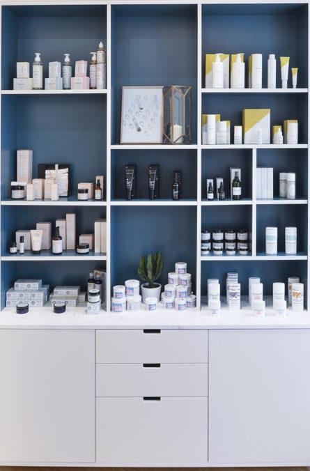 Label Experience : grandes étagères de produits cosmétique dans la boutique Oh My Cream rue Guichard à Paris