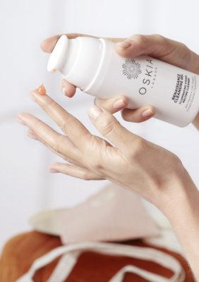 Label Experience: Focus mains et produit « oskia » de la boutique « Oh my cream ! » rue du Bac à Paris.