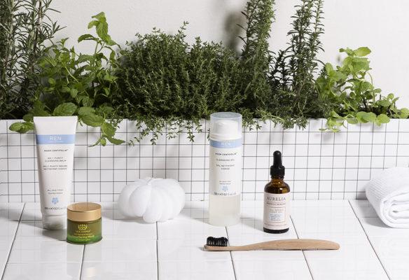 Label Experience: Mise en scène de produits cosmétique devant herbes provençales de la boutique « Oh my cream ! » rue du Bac à Paris.