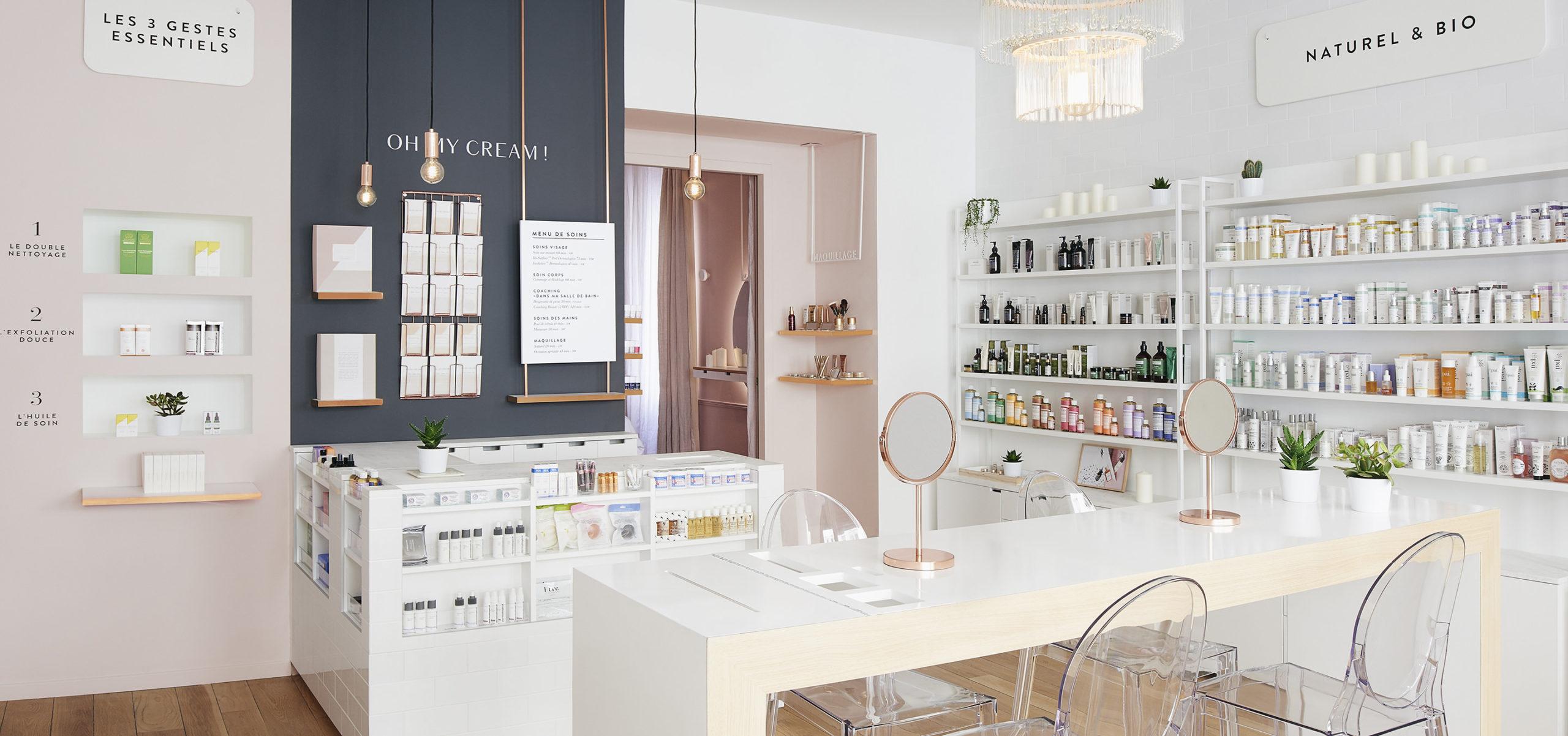 Label Experience: Comptoir « test » devant rayon de produits de la boutique « Oh my cream ! » rue du Bac à Paris.