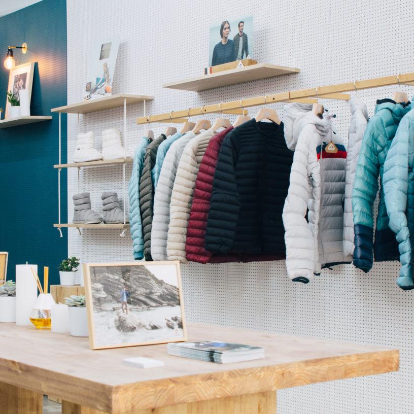 Label Experience : accessoires en ventes dans l'espace vente de la boutique Pyrenex à Paris.