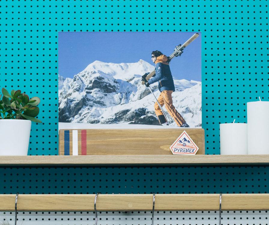 Label Experience : focus sur une affiche publicitaire dans la boutique Pyrenex à Paris