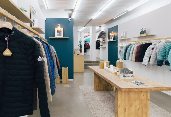 Label Experience : table d'exposition dans l'espace vente de la boutique Pyrenex à Paris.
