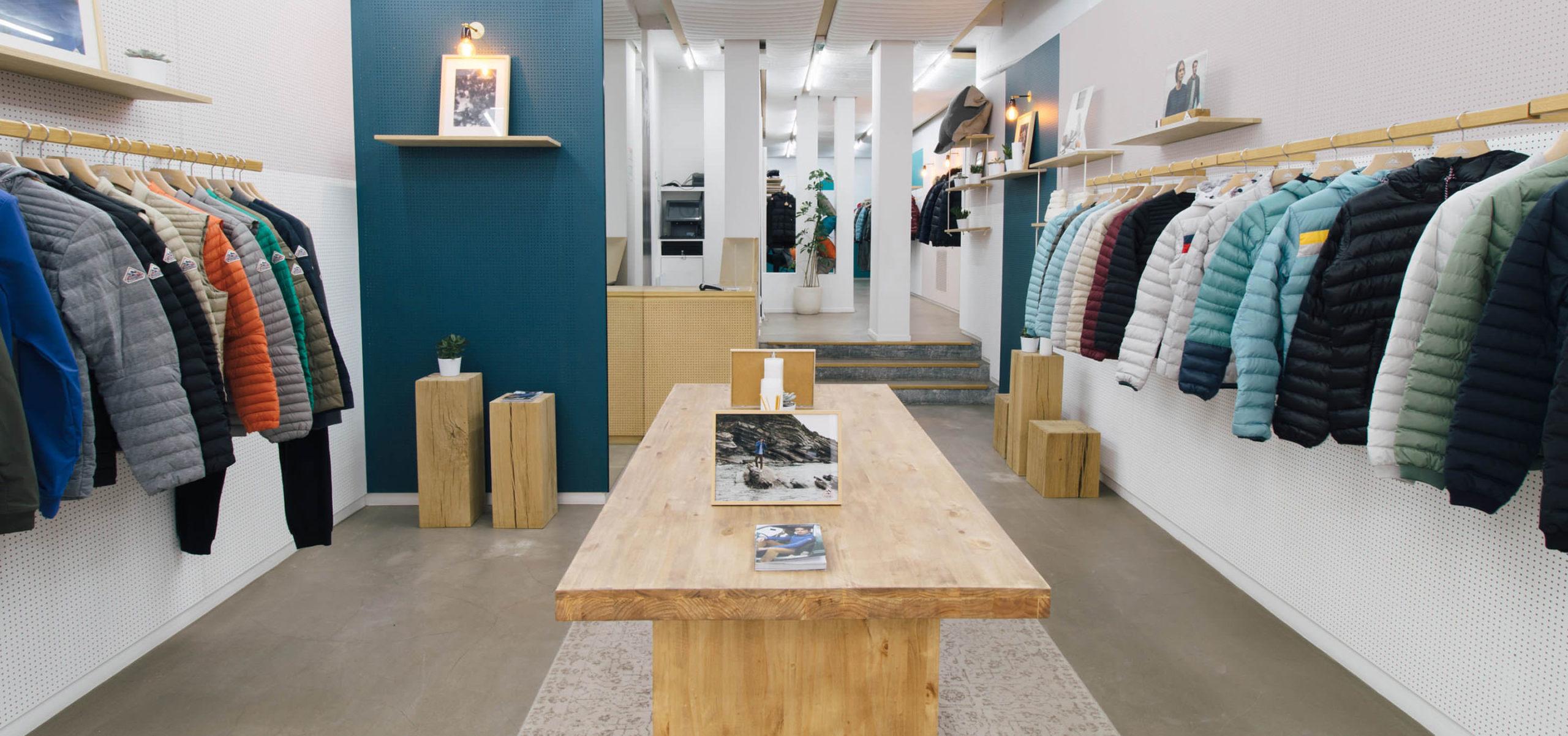Label Experience : vue globale de l'espace vente de la boutique Pyrenex à Paris.