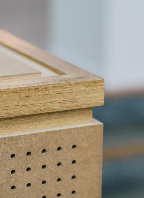 Label Experience : zoom sur le comptoir en bois de la boutique Pyrenex à Paris
