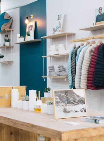 Label Experience : accessoires en ventes dans l'espace vente de la boutique Pyrenex à Paris
