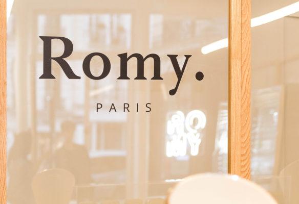 Label Experience: Logo sur baie vitrée du pop-up store « Romy » au Chesnay.