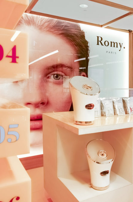 Label Experience: Machines et chiffres devant affiche du pop-up store « Romy » au Chesnay.