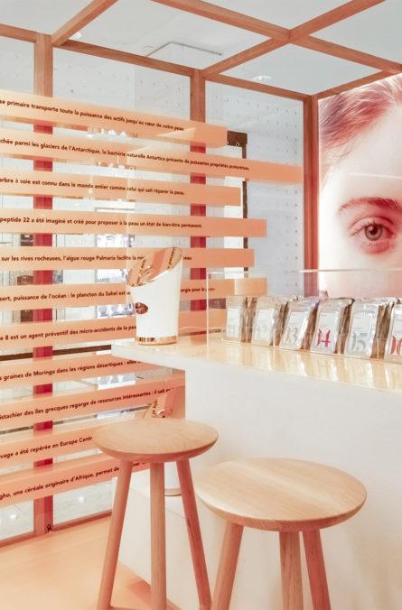Label Experience: Focus sur bar, tabourets et produits cosmétiques du pop-up store « Romy » au Chesnay.