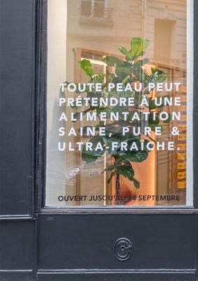 Label Experience: Vitrine avec citation du pop-up store « Romy » à Paris.